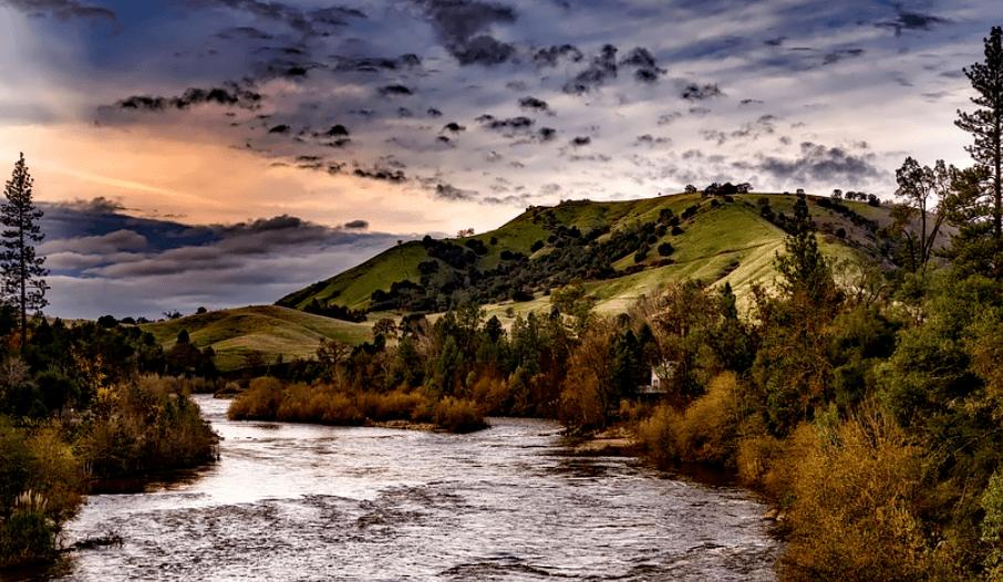 River Hills, California showing a great fishing spot
